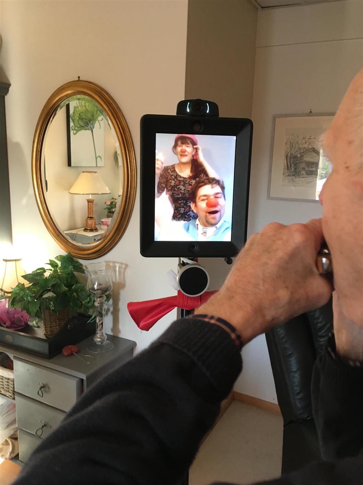 Robot aktiviserer og gir digital omsorg til mennesker med demens - Viken fylkeskommune